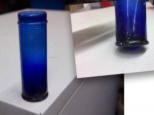 blauwe glazen flacon